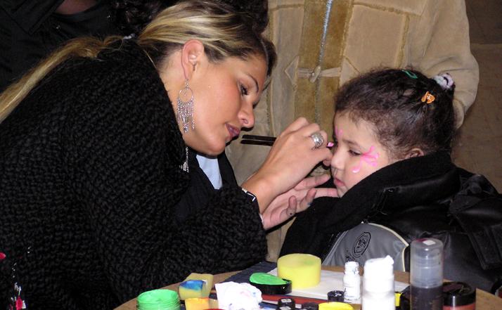 Maquillage artisyique d'une petite fille