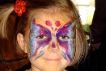 Maquillage papillon d'une petite fille